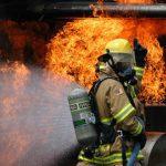 Quels sont les moyens de limiter la propagation de la fumée lors d'un incendie ?